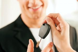 Mann kauft ein Auto - Schlüsselübergabe
